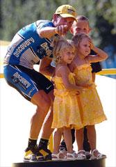 表彰台に上がるランスと子供たち